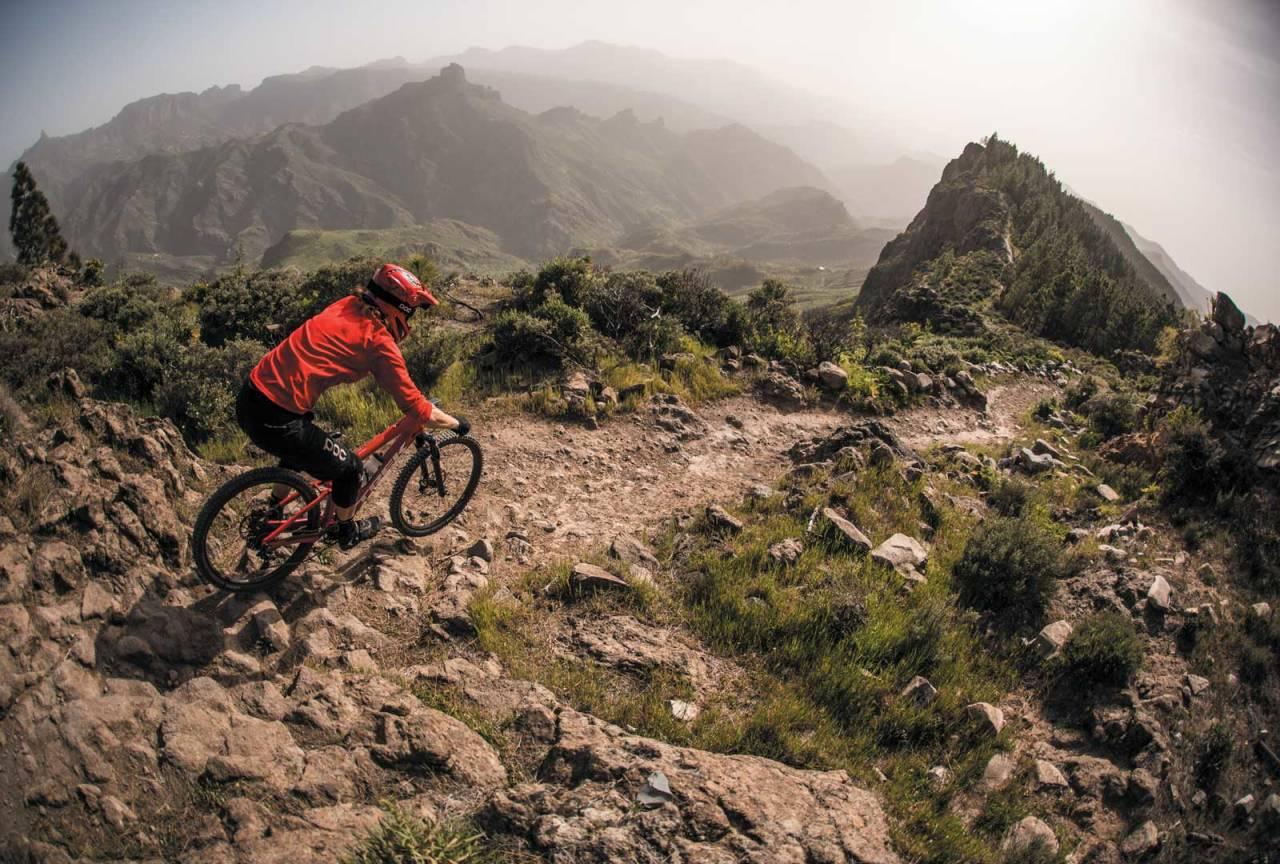 DRØMMESTI: Stien på fjellryggen ned mot den lille landsbyen Artenara har det meste en stisyklist drømmer om.