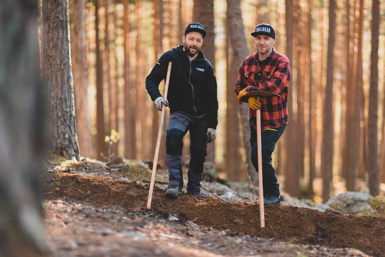 STI-GRÜNDERE: Ove Grøndal (t.v.) og Knut Lønnqvist har lagd sine egne arbeidsplasser. Nå bygger de sti i Nesbyen som en del av storstilt satsing på sykkelturisme.