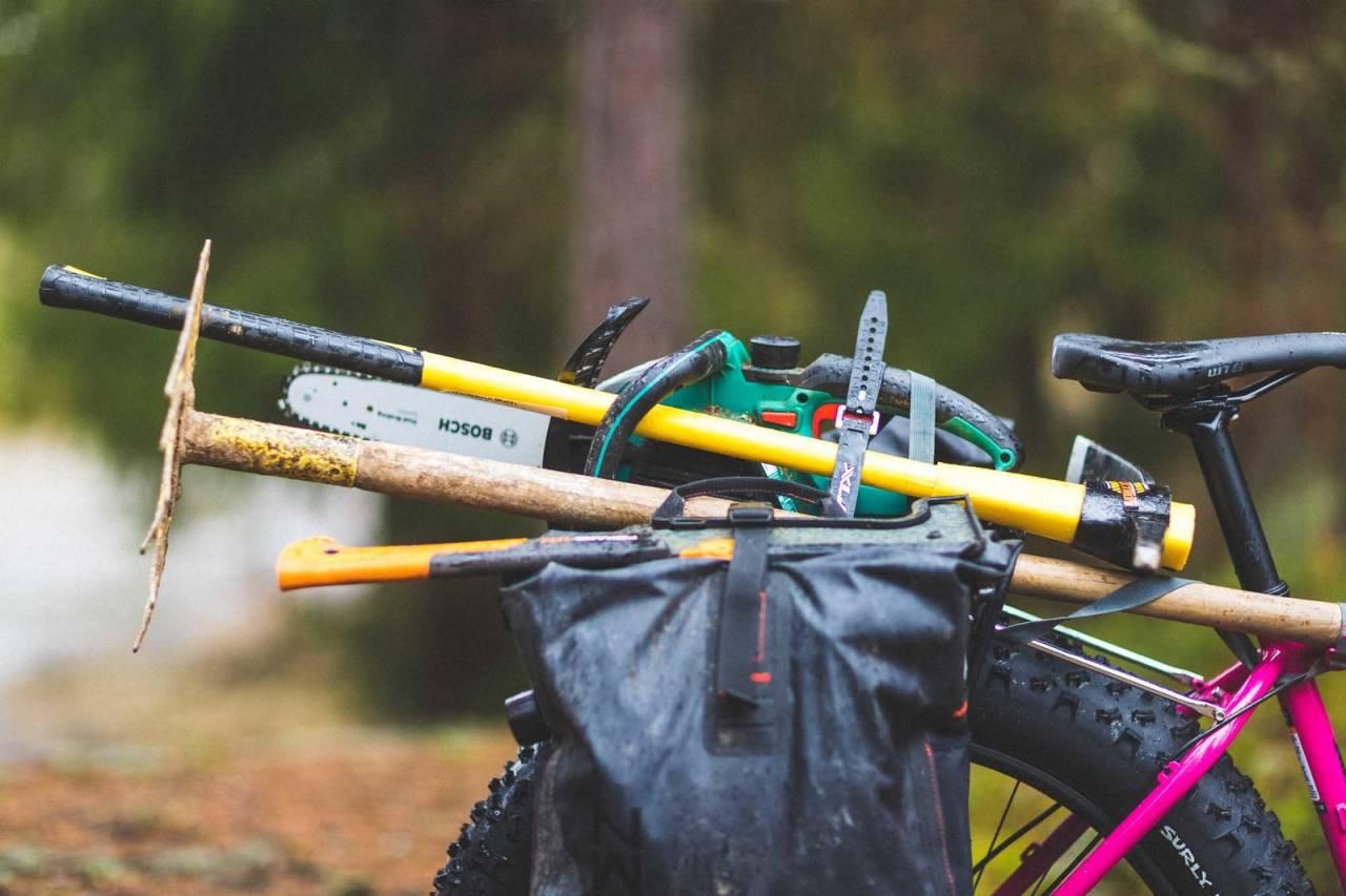 PÅ LASTEPLANET: Dette er bare noe av det Michael Cook har med på stibyggersykkelen sin. Foto: Kristoffer H. Kippernes.