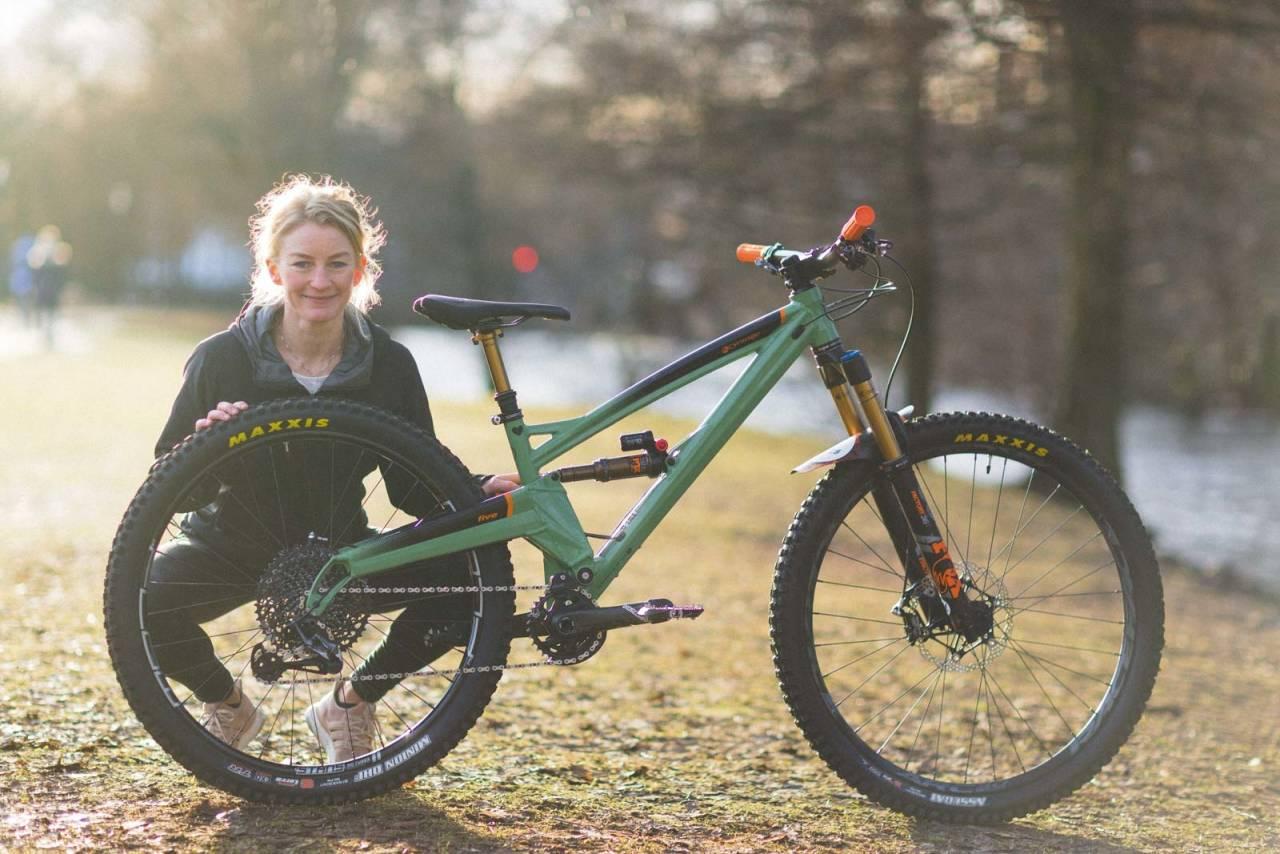 USYNLIG FORSKJELL: Ved første øyekast er det ikke lett å se at sykkelen til Ida R. Nærum har to forskjellige størrelser på hjulene.