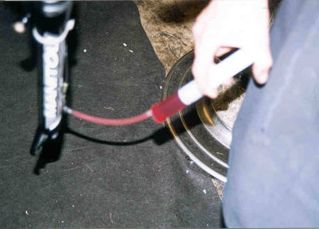 Pump oljen gjennom systemet.