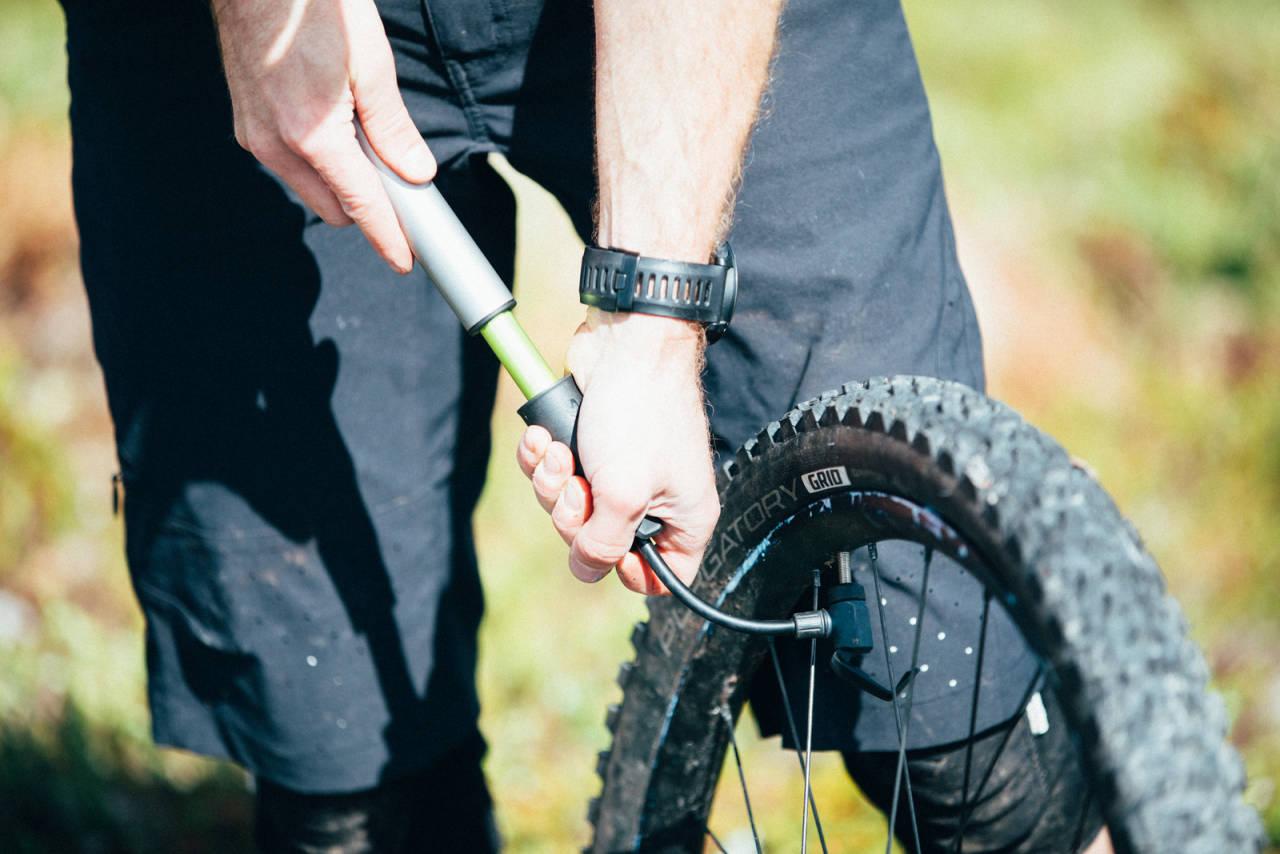 fylle luft sykkel dekk sykkeldekk