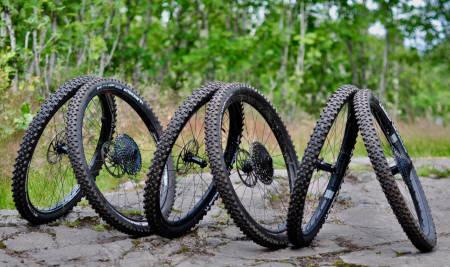 Endurohjul i karbon fra Zipp, DT Swiss og Crank Brothers.