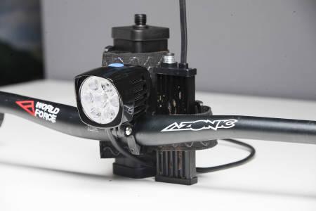 MYE: Moonlights BAD 5000 har mye lys, men byr også på mye styr ved montering på sykkel.