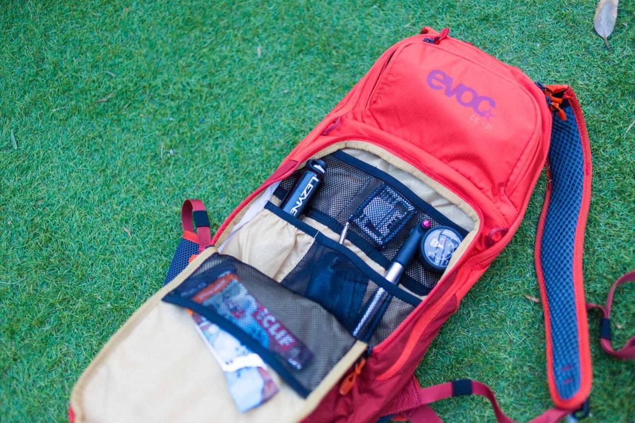 CLEAN: Evoc CC 10 har ryddig verktøyrom og god støtte mot ryggen. Gummi-ledd øverst på skulderstroppene gir god bevegelighet.