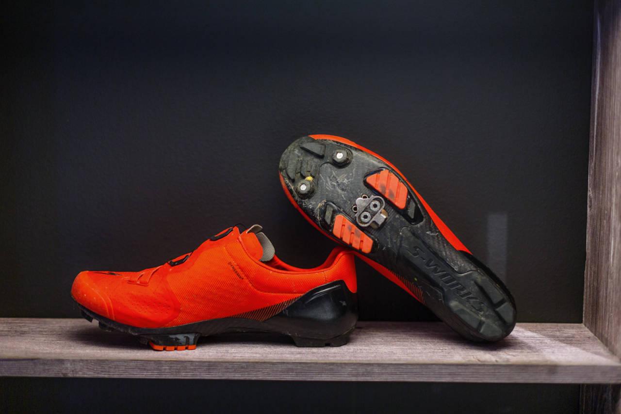 SISTE GENERASJON: Specialized S-Works sko har mange tilhengere. Unik lest og lav vekt er stikkord. Den røde gummien i yttersålen står stødig på pedalene.