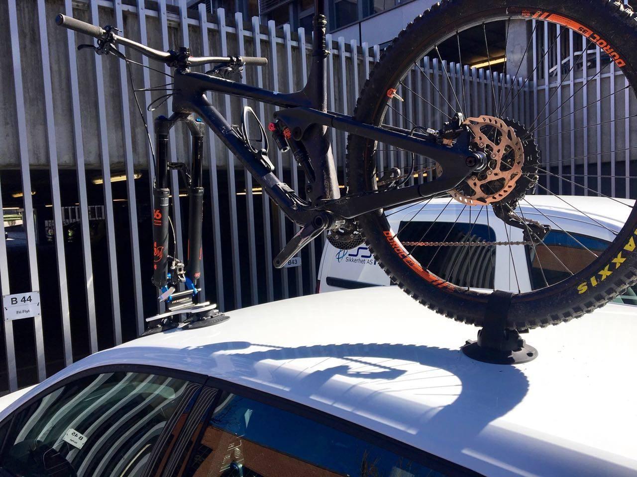 SUGD FAST: Seasuckers Talon-stativ holder sykkelen din godt fast på taket. Alle foto: Øyvind Aas