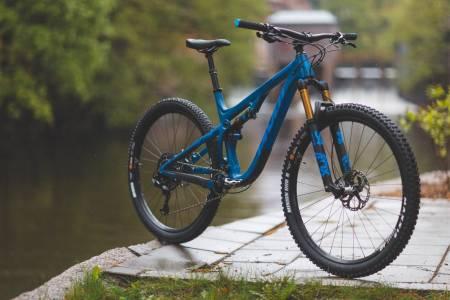 RÅ PAKKE: Med dempere fra øverste hylle og moderne geometri overbeviser Pivot Trail 429 både på papiret og i terrenget. En allsidig og solid sykkel til trening og stilek.