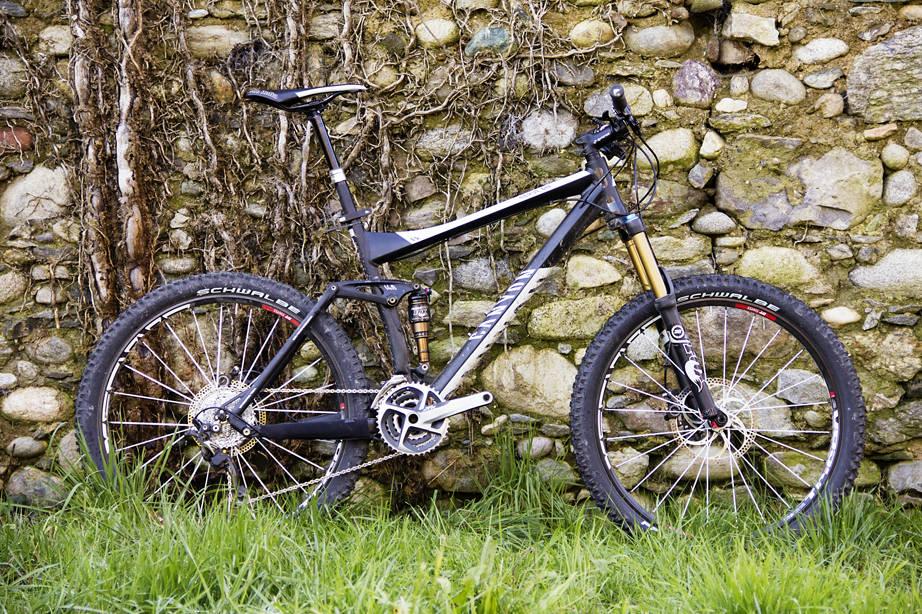 I EN ESKE FRA TYSKLAND: Sykkelen er fabelaktig utstyrt, med alt vi forventer og enda litt til. Det eneste vi savner er en todelt krank med slagring og kjedefører, noe som for øvrig kan bestilles med sykkelen for en billig penge.