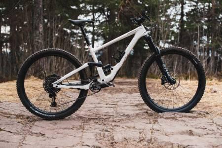 LANG OG LAV: Specialized pusher grensene med nye Enduro. Den lange sykkelen imponerer med ekstreme utforegenskaper og ganske god allsidighet