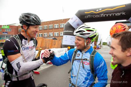 SEIERHERRENE: Daniel Strand og Håvard Hansen gratulerer hverandre med seieren.Foto: offroadfinnmark.no