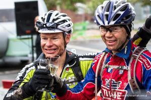 SKÅL!Da Per Torleiv Ravna og Stein Joks kom i mål i Alta sentrum, tok de en velfortjent seierskål.Foto: