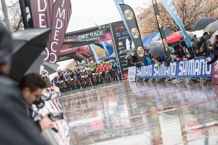 For vått, kaldt og farlig for sykkelritt: Torsdagens etappe i Andalucia Bike Race ble avlyst av hensyn til rytternes helse og sikkerhet. Foto: Arrangøren