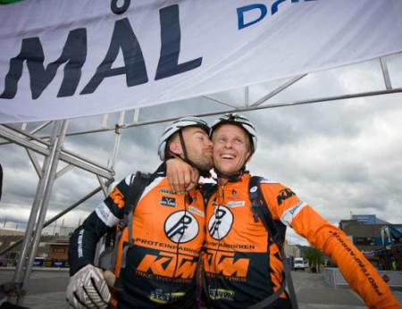 SLITNE VINNERE:  Tor Halvor Bjørnstad og Jon Kristian Svaland er i mål i Alta etter 70 mil over Finnmarksvidda. Foto: Jørn Losvar.