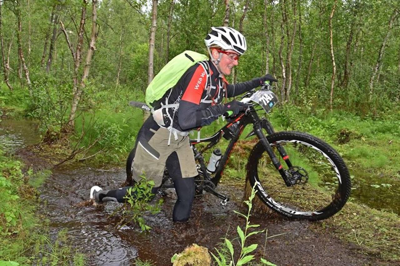 Årets utgave av Offroad Finnmark er våtere og tyngre enn vanlig, og deltakerne melder om blodtørste mygg på vidda. Monika Silvia Valm måtte kaste inn håndkleet i OF700 i går. Foto: Arrangøren