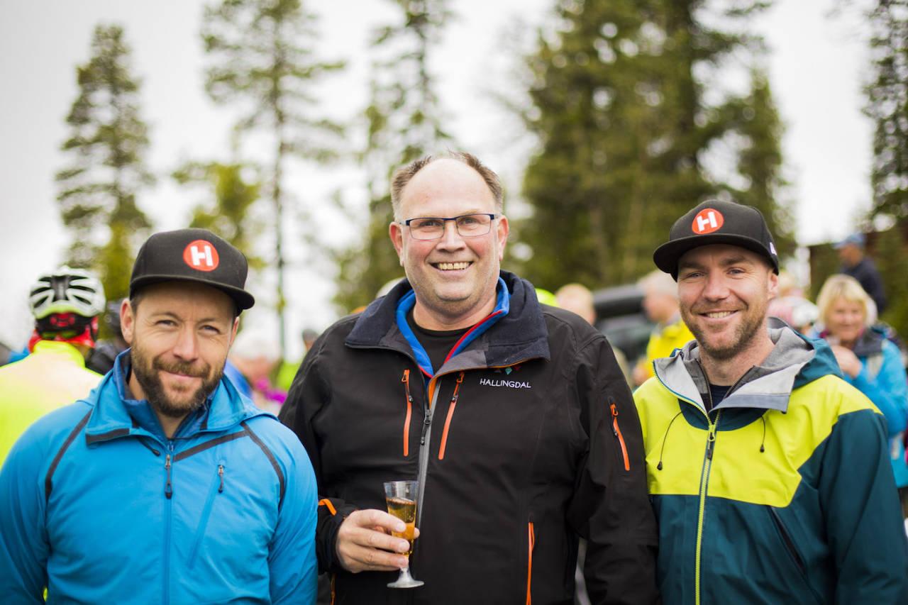 Initiativtakerne til pumptracken Ove Grøndal (til venstre) og Knut Lønnqvist (til høyre) i Trailhead Nesbyen sammen med ordfører Tore Haraldset under åpningen av stier på fjellet tidligere i høst. Foto: Snorre Veggan