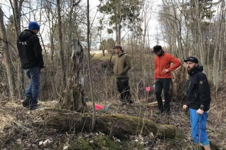 I forrige uke hadde TVK og NOTS befaring med stibyggerne i Rekkje Stiuvikling i skogteigen der løypa skal bygges. Foto: Ola Resell