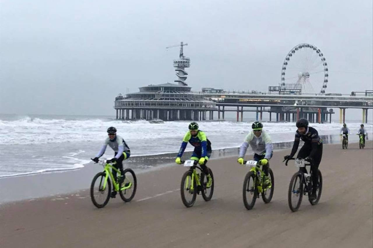 Fra oppvarmingen til EM i strandsykling i Haag. Da startskuddet gikk ble det satt et forrykende tempo. Foto: UEC