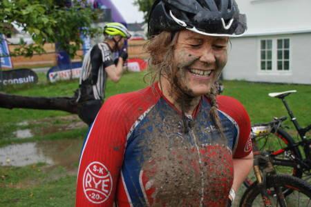 Anne Helene Reiten fra Rye var dagens uheldigste: Sykkelsetet ble ødelagt tidlig i rittet og hun måtte bryte litt senere, men var like blid etterpå.