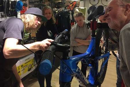 Mekanikeren gir innføring i justering av bremser og gir under mekkekvelden til NOTS Oslo og Omegn. Foto: Frode Kaafjeld