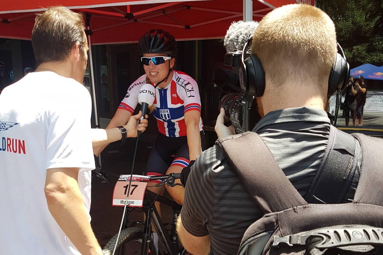 Ingrid Sofie Bøe Jacobsen ble intervjuet av en hel hær av journalister etter seieren på sprintverdenscupen i USA søndag. Foto: Vegard Utne