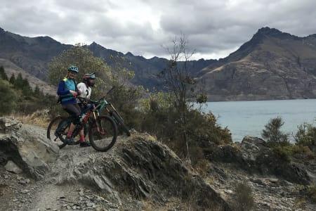 Hilde Sangesland Strædet og Jon Vegard Aga Kjærgaard i Fourfourty Mountain Bike Park. Foto: Alexander Horten Taylor