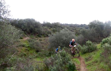 SVENSK SEIER: Gustav Larsson og Calle Friberg stakk fra feltet nedover og sikret seg sin første etappeseier på den 5. etappen i Andalucia Bike Race. Foto: Jordi Bonet.