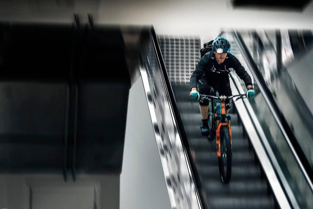 Første etappe i Telemark Enduro blir av den urbane sorten med utfordringene et kjøpesenter har å tilby. Foto: John-André Moldestad