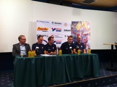 NYE LEDERE: Under dagens pressekonferanse ble Hans Falk (t.h) presentert som ny sportsjef. Fra venstre: Harald Tiedeman, Bjørn Sætre, Eddy Knutsen Storsæter og Stig Kristiansen. Foto: NCF