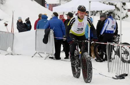 HEKTA PÅ TJUKKAS: Ståle Hansen fra Ringebu både selger og sykler fatbike. Det blir stadig flere av dem, bekrefter han. Foto: Kent Murdoch