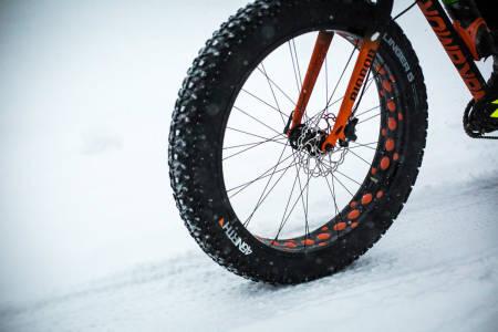 Fatbikeritt kjøres ofte i skiløyper og på langrennsarenaer. På rittet i og rundt Letohallen 27. februar blir det andre boller. Foto: Snorre Veggan