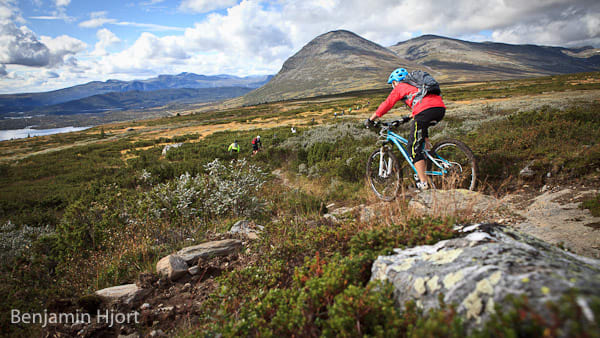 Kjølen på Lykkja, Annika Grip Haglev finner fart med Skogshorn i bakgrunnen. Foto: Benjamin Hjort