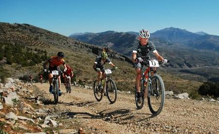 Varm dag: Team iHus fikk utfordringer med å få i seg nok drikke på første etappe. Det problemet har de nå tatt høyde for på kommende etapper (foto: Andalucia Bike Race)