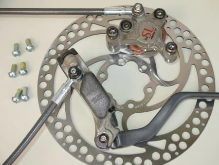 B4 SL: Magnesium-brems som veier 297g framme og 290g bak. Det er lettere enn XT v-bremser...