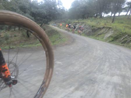 TØFFE TAK: Det går for seg i Andalucia Bike Race. Men moro er det. Foto: Øyvind Aas