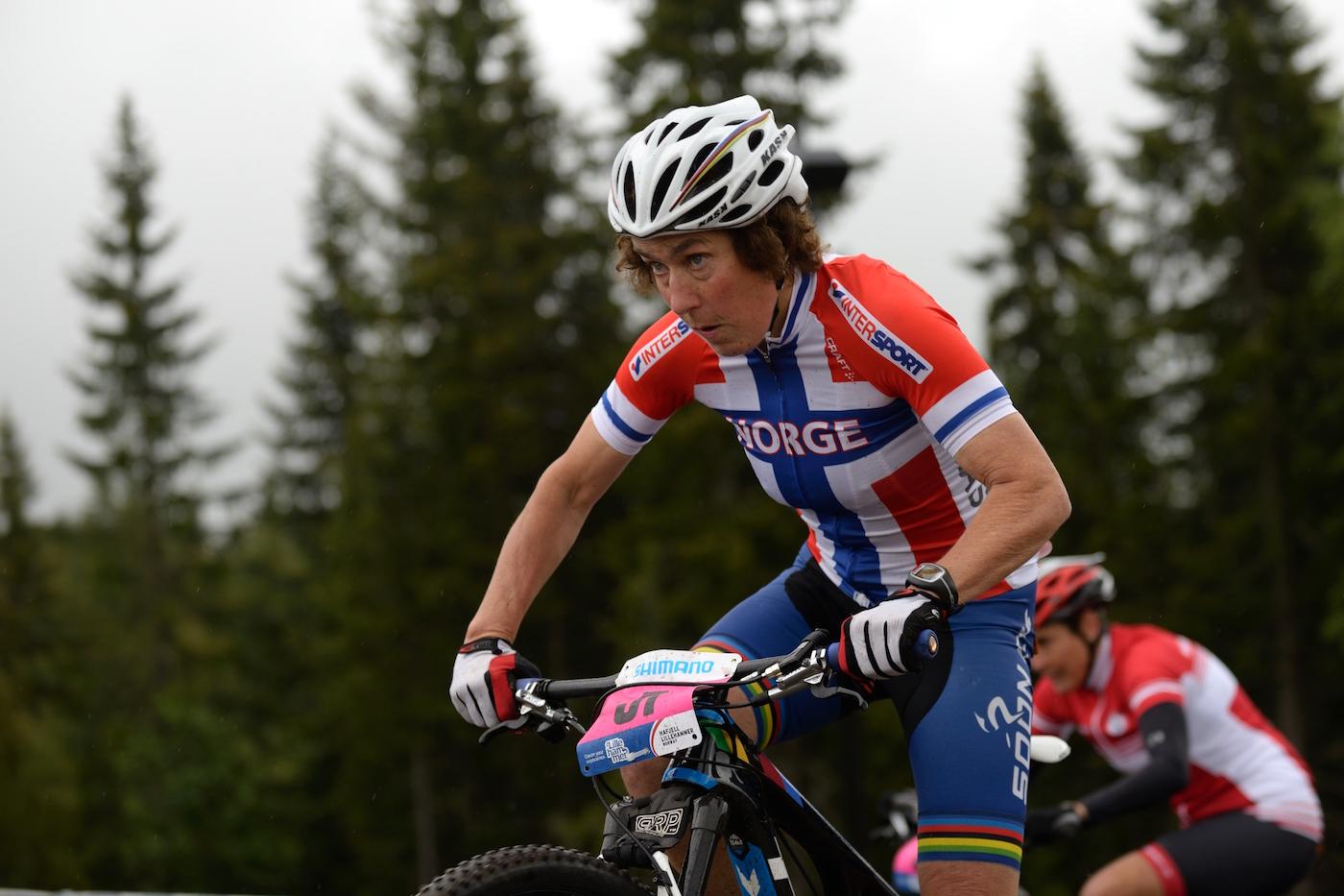 Gjertrud Bø bruker rulla mye i treningsarbeidet hele året, og ofte som oppvarming til ritt. Her fra masters-VM på Lillehammer i 2014. Foto: Kent Murdoch
