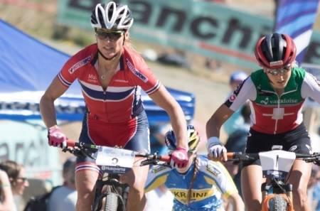 Gunn-Rita Dahle Flesjå ble beste norske med 10.plass på rundbanerittet i EM. Her foran Jolanda Neff fra Sveits, som til slutt vant rittet med over tre og et halvt minutts margin. Foto: Bengt Ove Sannes