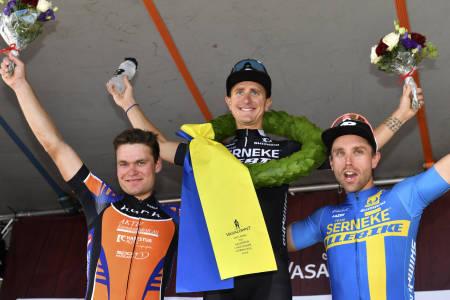 Michael Ohlsson vant Cykelvasan, mens Emil Hasund Eid (til venstre) ble nummer to og Emil Lindgren nummer tre. Foto: Vasaloppet