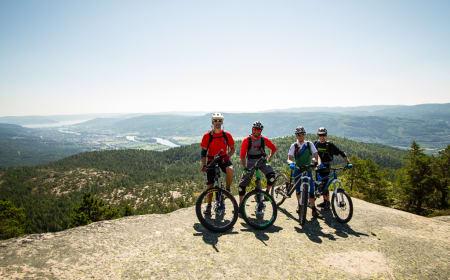 Rune, Are, Håkon og Stig nyter fotografen, mens Svenn nyter utsikten.