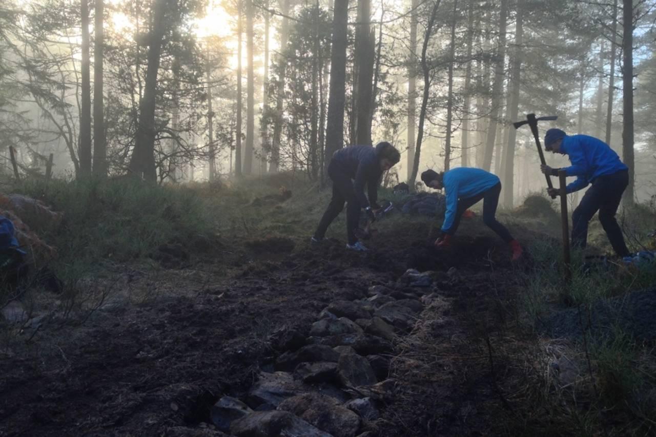Studenter ved Nordfjord Folkehøgskule får bygge sti i skoletida. Foto Tord Hafnor