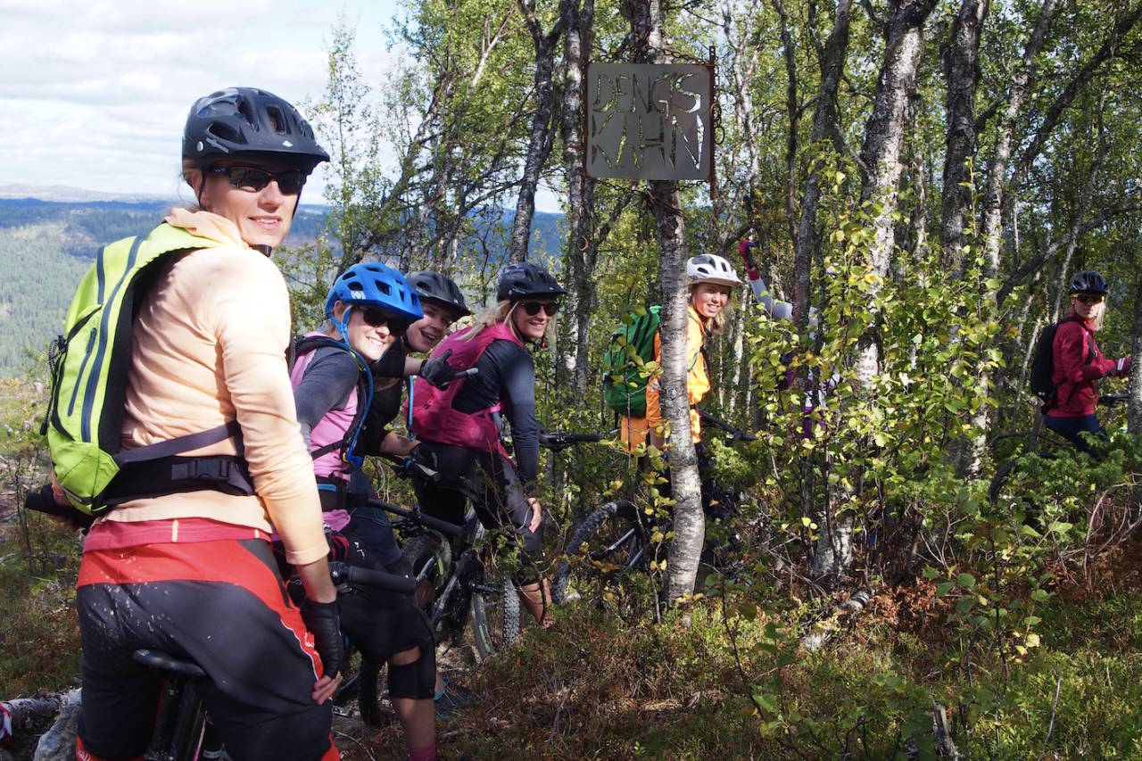 Jentene fikk bryne seg på Åls nye sykkelsti Dengis Khan, som sto ferdig til Hillbilly Enduro i juli. Foto: IVRIG