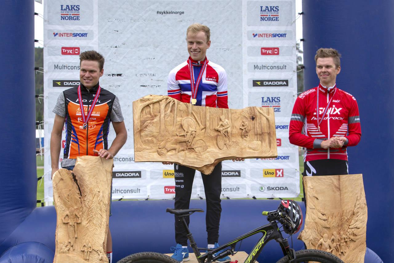 Ole Hem tok sitt første NM-gull på seniornivå med seier på Å i Heiane. Emil Hasund Eid ble nummer to og Fredrik Haraldseth nummer tre. Foto: Arrangøren