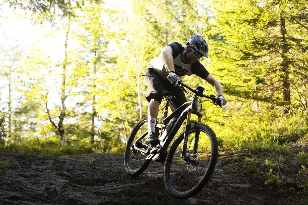 Hva skjer om el-sykler får fritt leide i skog og mark? Det skal Miljødirektoratet utrede før en eventuell lovendring åpner for bruk av slike i utmark. Foto: Kristoffer H. Kippernes