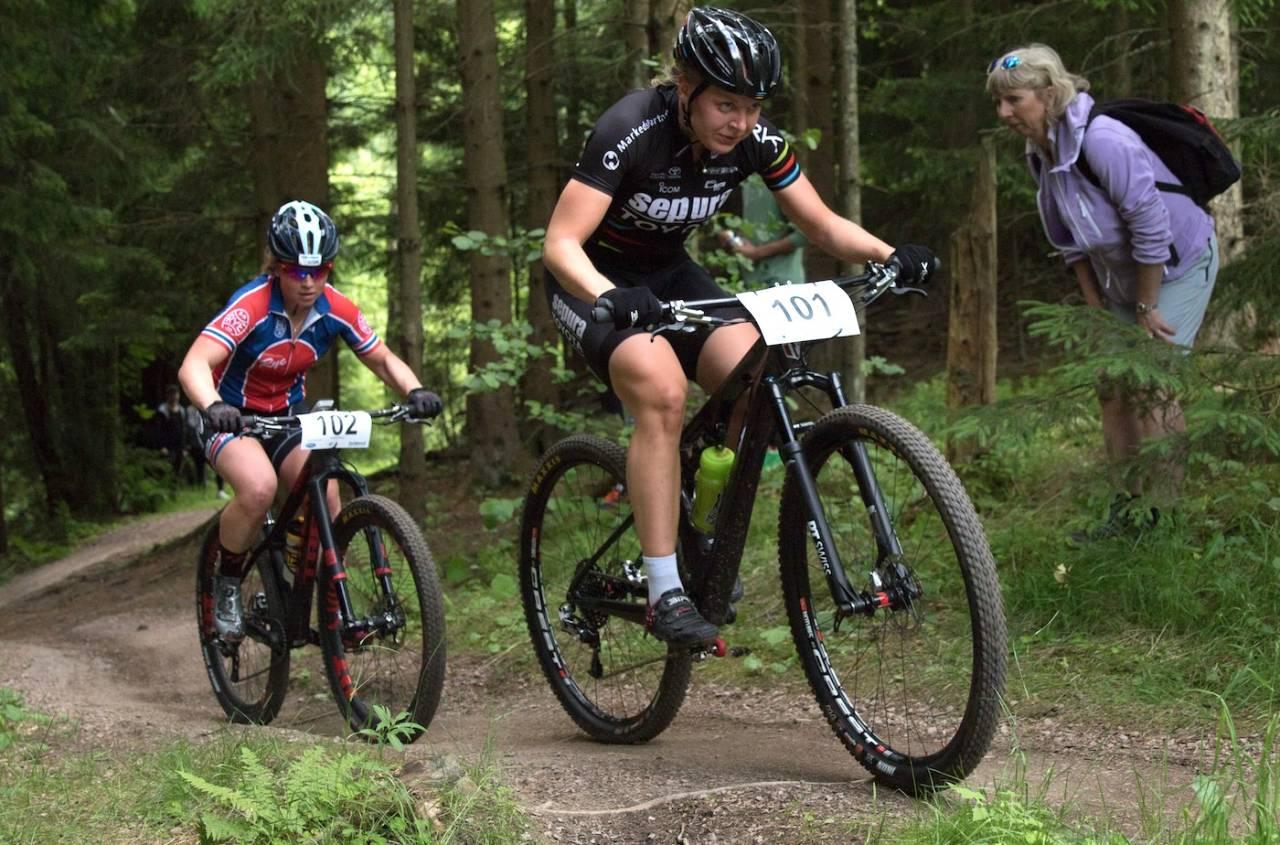 Elisabeth Sveum og Ingrid Sofie Bøe Jacobsen under NM rundbane i Svelvik i juni. Foto: Bengt Ove Sannes