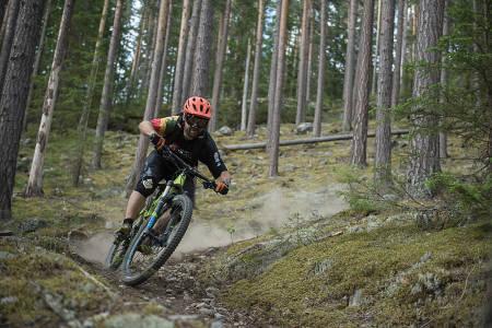 STIHODE: Ove Grøndal i Trailhead Nesbyen er ikke snau på sykkelen selv, og viser gladelig frem godsakene i Nesbyen. Bilde: Vegard Breie