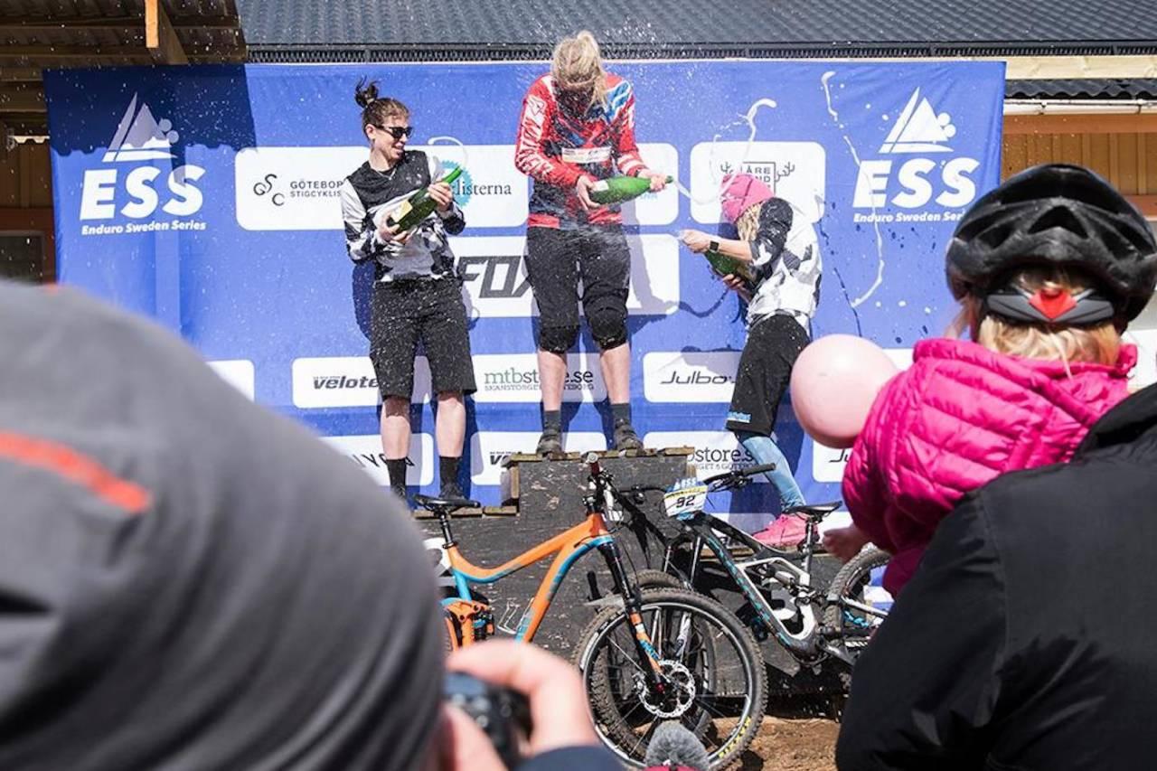 Joline Johansson ble nummer to på Enduro Sweden Series i Vallåsen i fjor. Josefine Björkmann vant og Sara Danielsson Lundqvist ble nummer tre. Foto: Privat