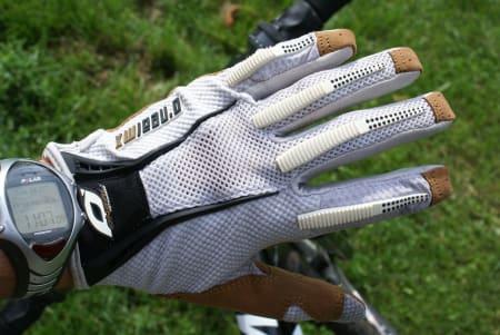 HÅNDFAST: Oneal Revolution Glove er en lett og luftig hanske, som fungerer svært bra til grov kjøring.
