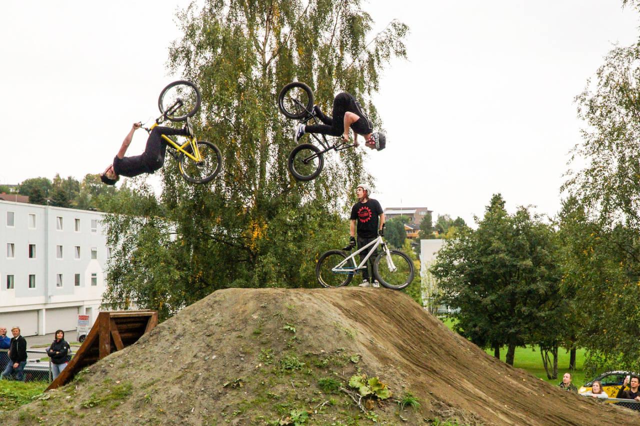 Erik Testdal og Didrik Dege Dimmen i aksjon under åpningen av Havstad sykkelpark på lørdag. Foto: Mikkel Byrsø Dan-Rognlie