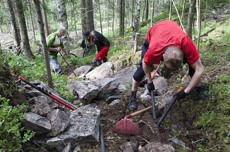De åtte hardt arbeidende stibyggerne som deltok på NOTS stibyggercamp i helga klargjorde 1km ny nedfart i Skullerudåsen. Foto: Bjørn Enoksen
