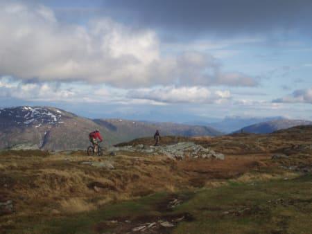 Idyll: Fantastiske sykkelopplevelser venter i fjellområdene over Bergen. Her er Erlend Røsjø og Kjell Erik Søvde på vei over Livarden i går ettermiddag. Foto: Tony Gjessvåg
